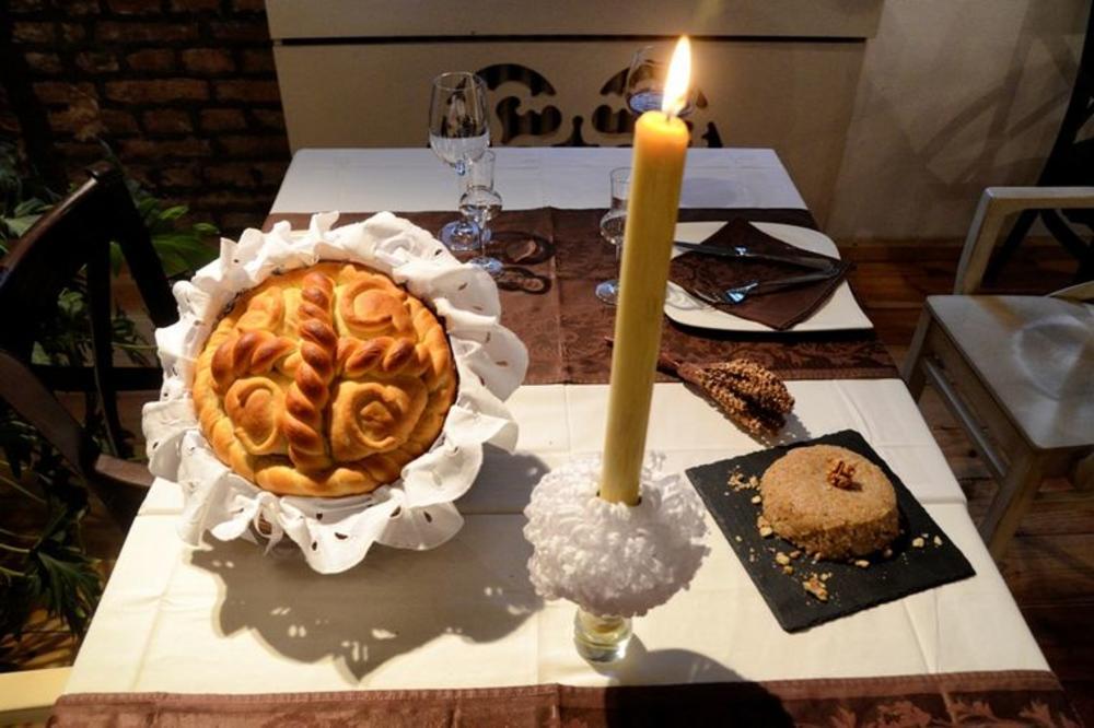 ON PREDSTAVLJA SAMOG ISUSA HRISTA: Sve o tome kako se po pravilu sprema slavski kolač! I ŠTA ZNAČE SLOVA KOJA SE UTISKUJU NA NJEGA