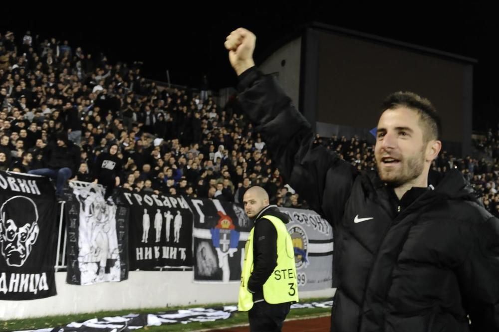 (KURIR TV) GROBARI U TRANSU: Pogledajte slavlje fudbalera Partizana i navijača posle pobede nad Skenderbegom