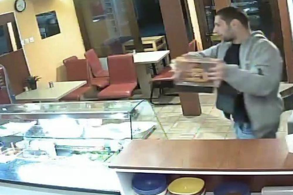(FOTO) BESRAMNI LOPOVLUK: Ušao u restoran brze hrane i ukrao kutiju za humanitarne priloge