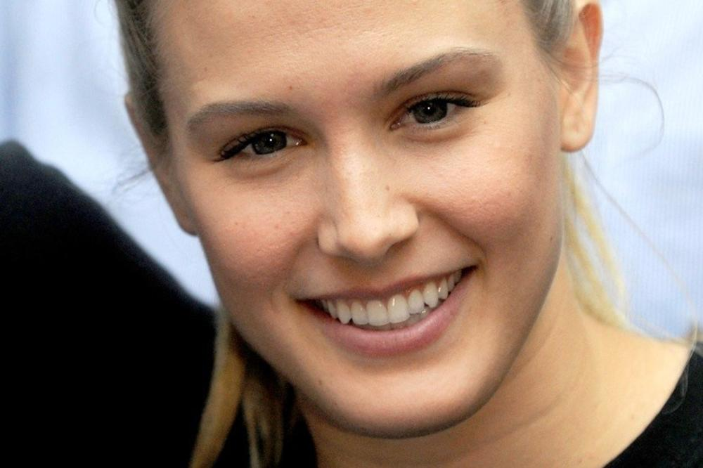 (VIDEO) ONA JE NOVA PAMELA ANDERSON: Najseksepilnija teniserka sveta provocira! Pokazala guzu! Pogledajte