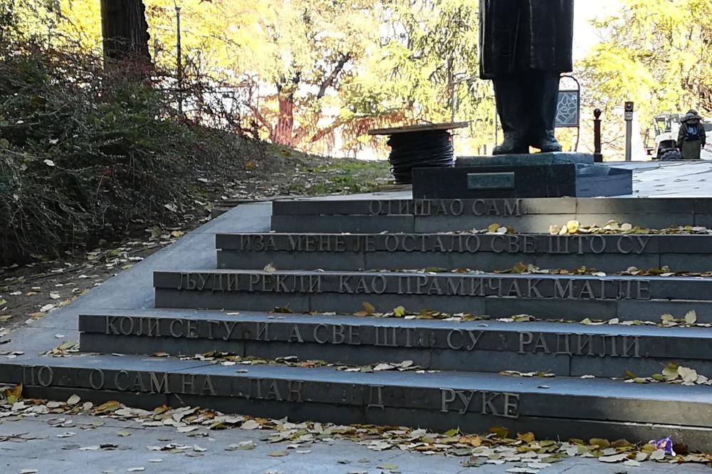(FOTO PRIČA) SRPSKI NOBELOVAC ZASLUŽUJE BOLJE: Spomenik Ivu Andriću ponovo bez slova!