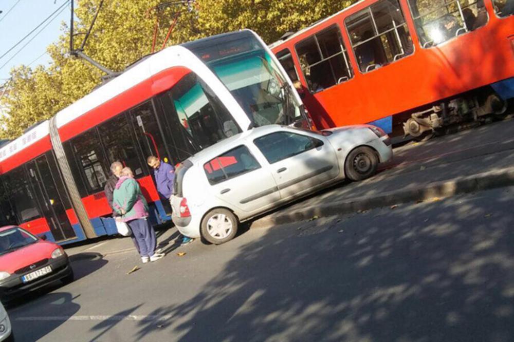 SAOBRAĆAJNA NEZGODA U BULEVARU: Sudar tramvaja i automobila