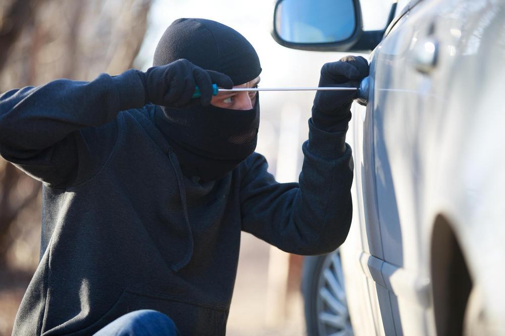 KRUŠEVLJANI OJADILI STRANCE NA AUTO-PUTU KOD PARAĆINA: Iz parkiranih kola im ukrali pare, nakit, telefone...