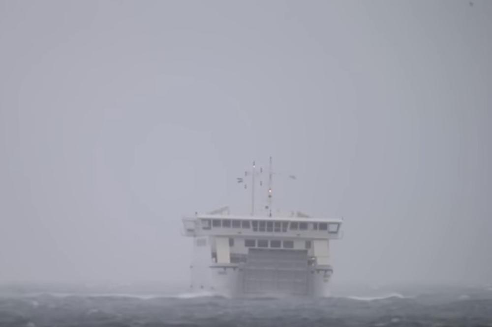 (VIDEO) JUGO NOSI SVE PRED SOBOM: Pogledajte kako se trajekt bori sa jakim vetrom u Dalmaciji