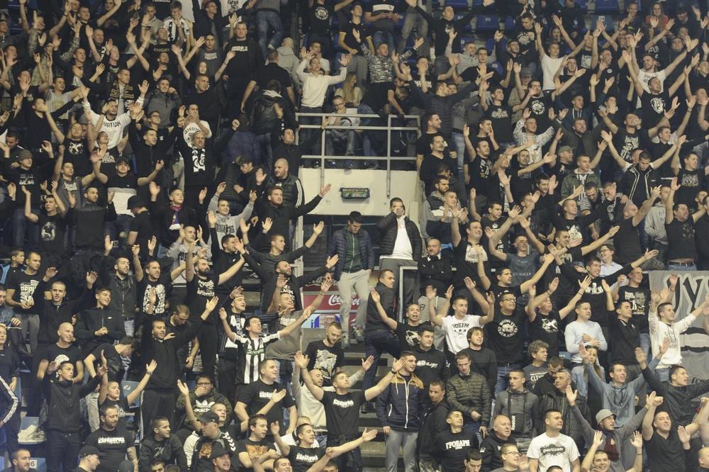(KURIR TV) ČASOVI LJUBAVI UPRKOS PORAZU: Grobari posle derbija pola sata pevali sa košarkašima Partizana