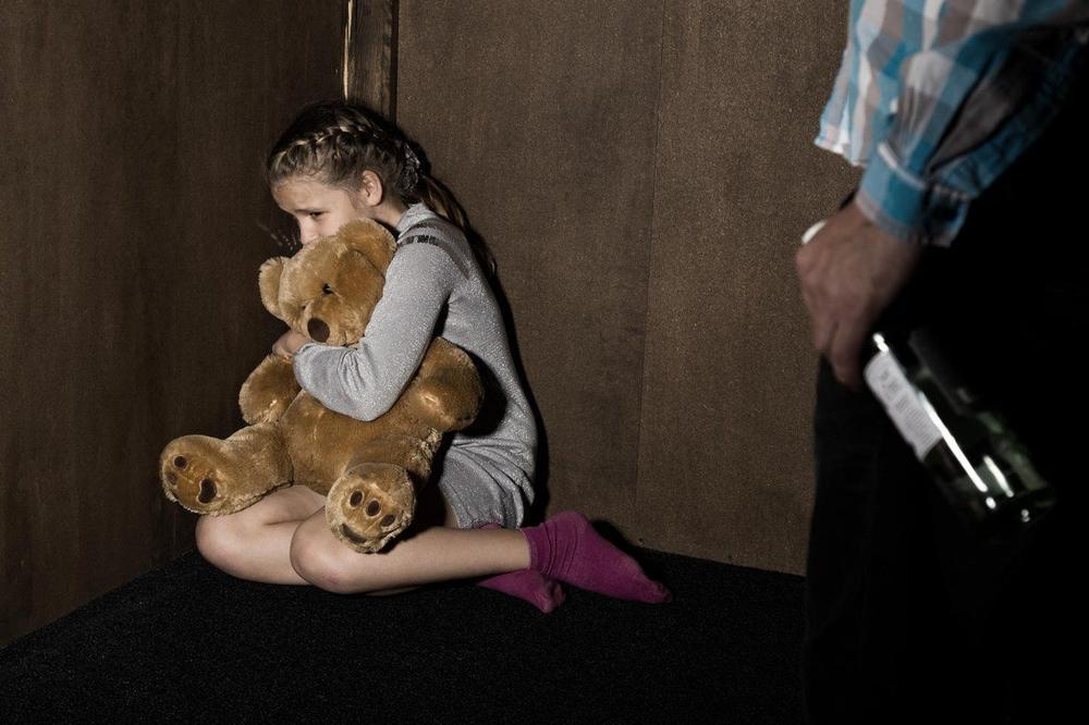 STARAC SILOVAO DEVOJČICU (8) PRSTOM: Kukala je da je boli, ali uzalud