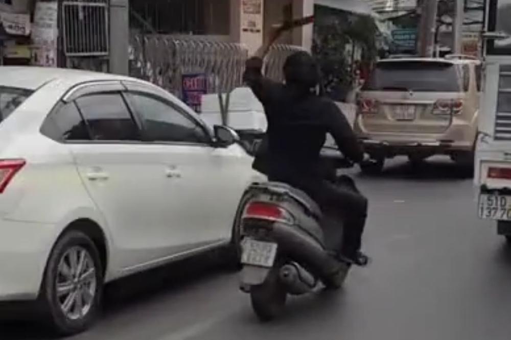 NAORUŽAN MAČETOM NAPADA LJUDE U AUTOMOBILIMA! Ludački pohod gnevnog motoriste!
