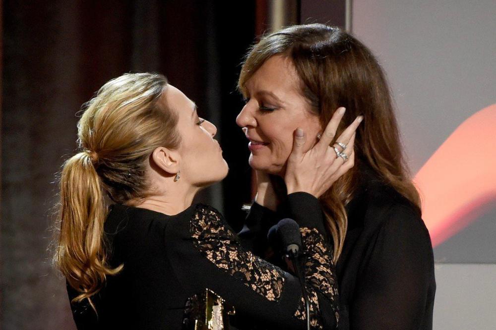 (FOTO, VIDEO) ODUVEK SAM ŽELELA OVO DA URADIM! Kejt Vinslet razmenila sočan poljubac sa koleginicom, cela sala vrištala!