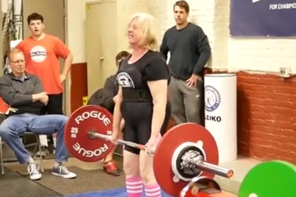 (VIDEO) Šta zna baba šta je sto kila!? Neverovatna starica od 76 godina diže tegove!