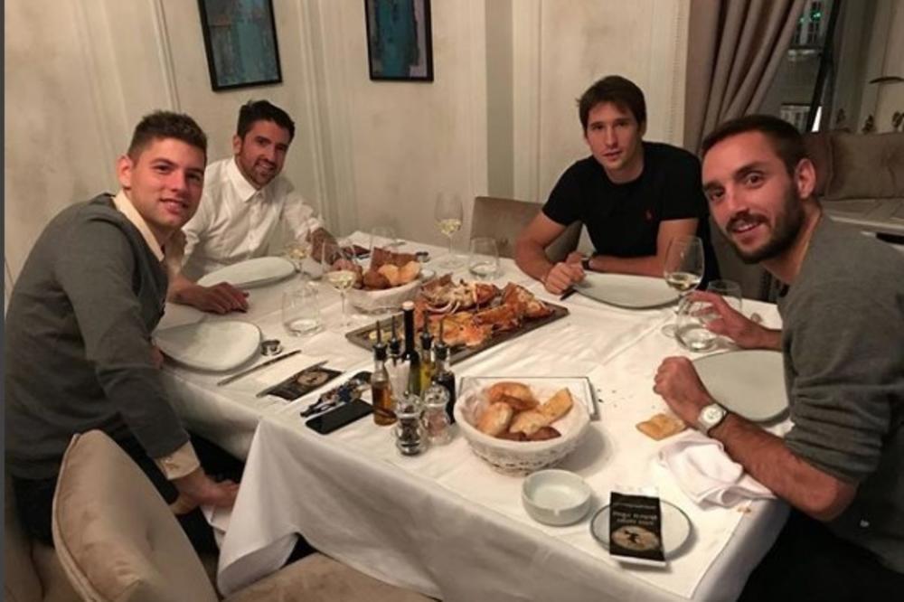 (FOTO) IZGUBIO OPKLADU: Lajović morao da časti saigrače iz reprezentacije večerom, a onda se javio Novak i sve ih oduševio komentarom!