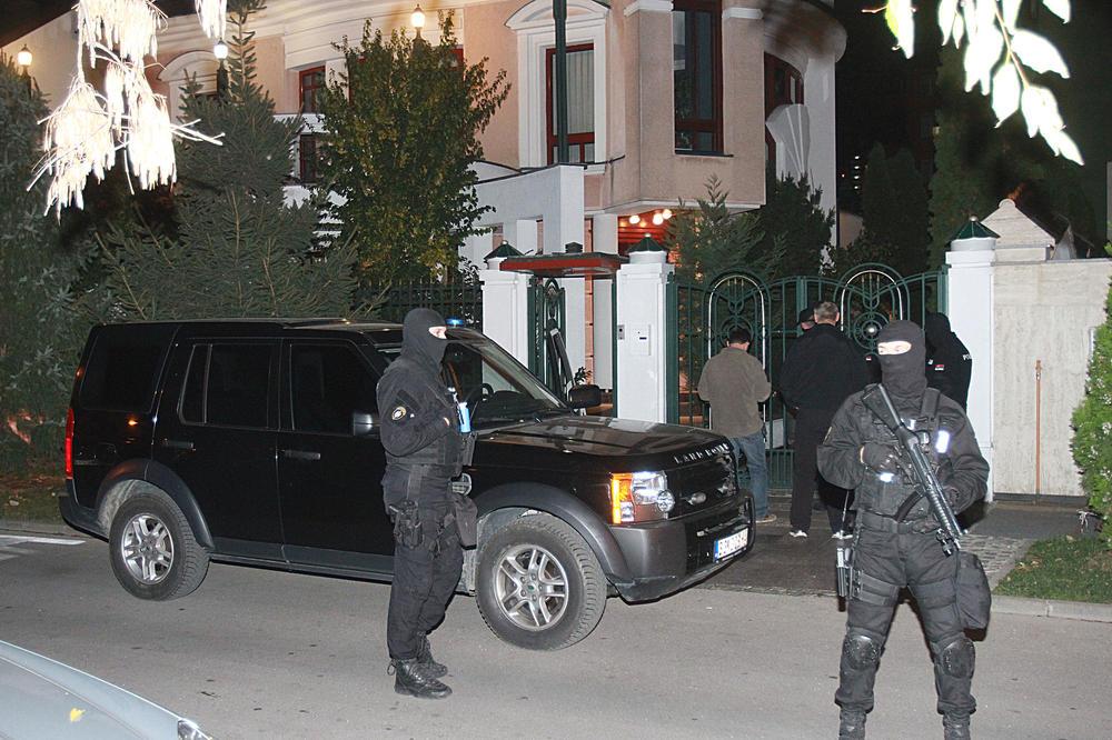 (KURIR TV) OPSADNO STANJE U NOVOM SADU: Specijalci opkolili kuću na Trgu 27. marta! SAJ HAPSIO KRUPNE ZVERKE