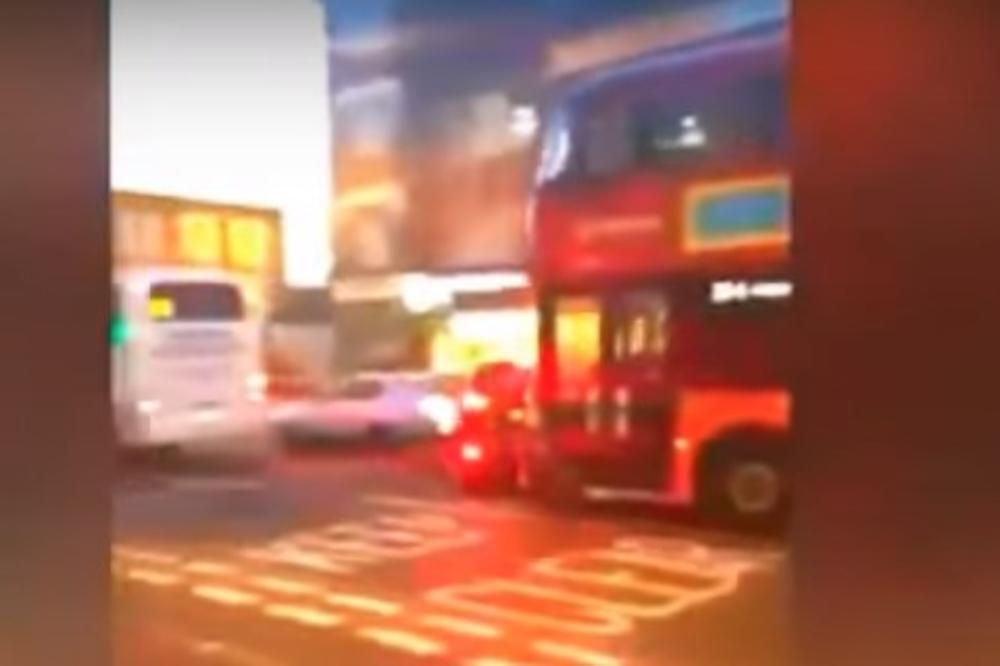 (VIDEO) HOROR VOŽNJA U GRADSKOM PREVOZU: Londonski autobus gazio sve pred sobom, povređeno i malo dete!