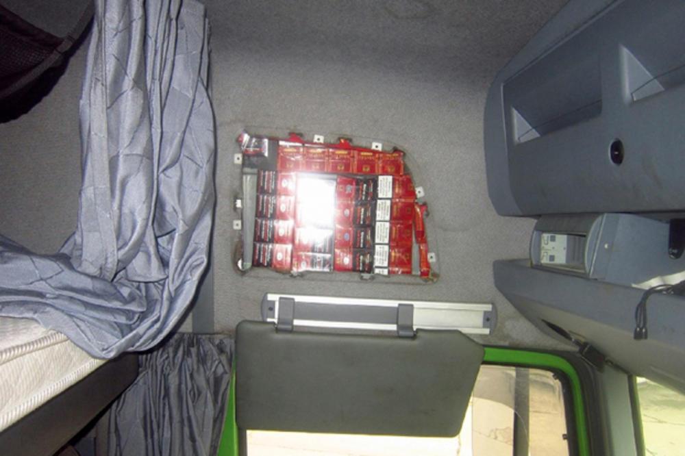 (FOTO) REKAO JE SRPSKIM CARINICIMA DA NEMA NIŠTA DA PRIJAVI: Kamiondžija nafilovao kabinu sa 2.740 paklica cigareta