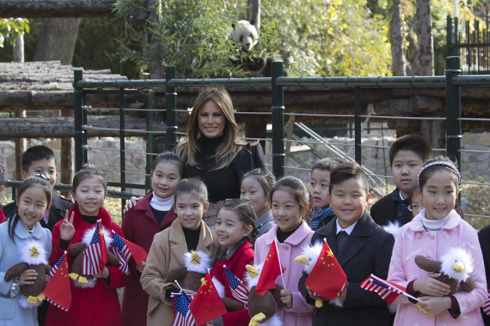 (VIDEO) MELANIJA ODUŠEVILA MALE KINEZE: Američka prva dama osvojila i pandu Gua Gua, zvezdu zoo-vrta u Pekingu