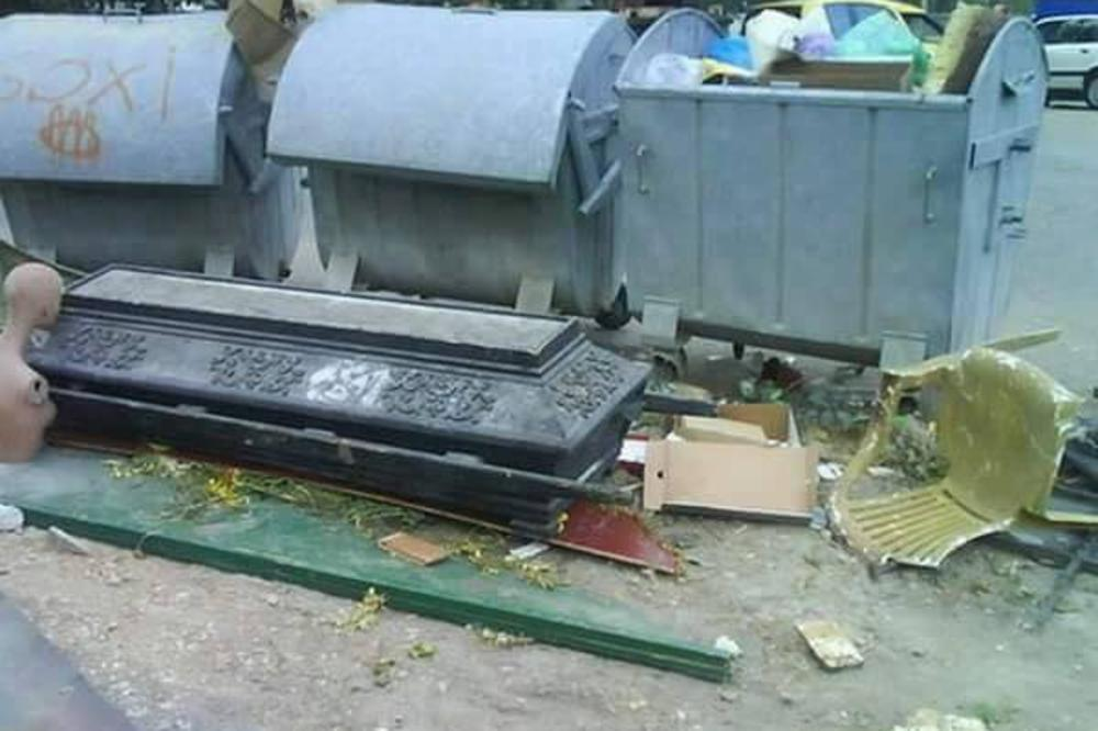 (FOTO) ŽITELJI BANJICE U ŠOKU, DRAKULA MENJAO NAMEŠTAJ: Mrtvački sanduk pored kontejnera?!