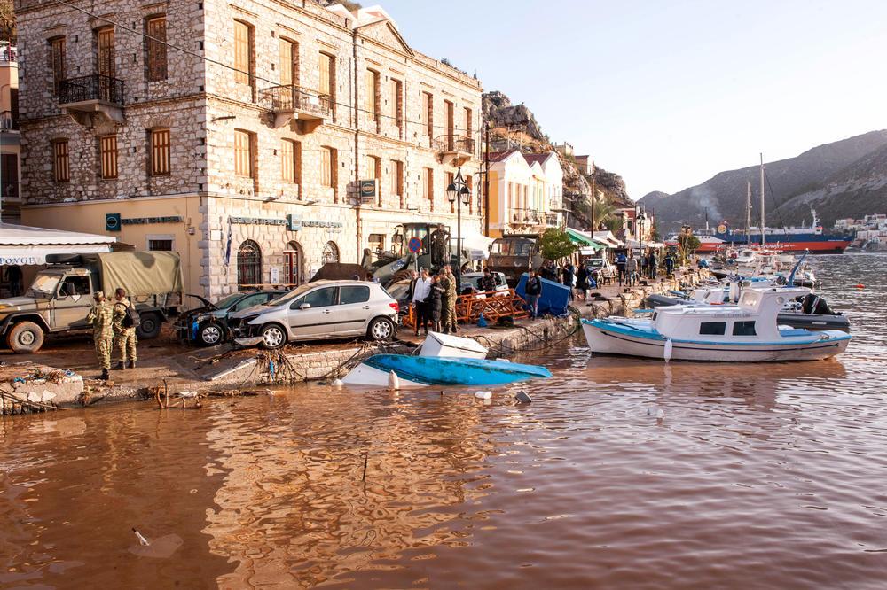 ULICE PREKRIVENE BLATOM, KOLA ZAVRŠILA U MORU: Na ostrvu Simi proglašena vanredna situacija zbog velikih poplava