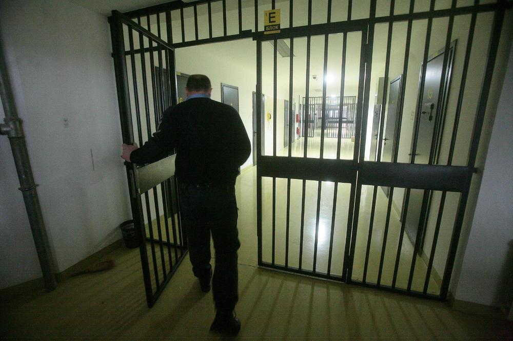 DRAMA U NIŠKOM ZATVORU: Osuđenik hteo da skoči s krova, stražari ga sprečili!