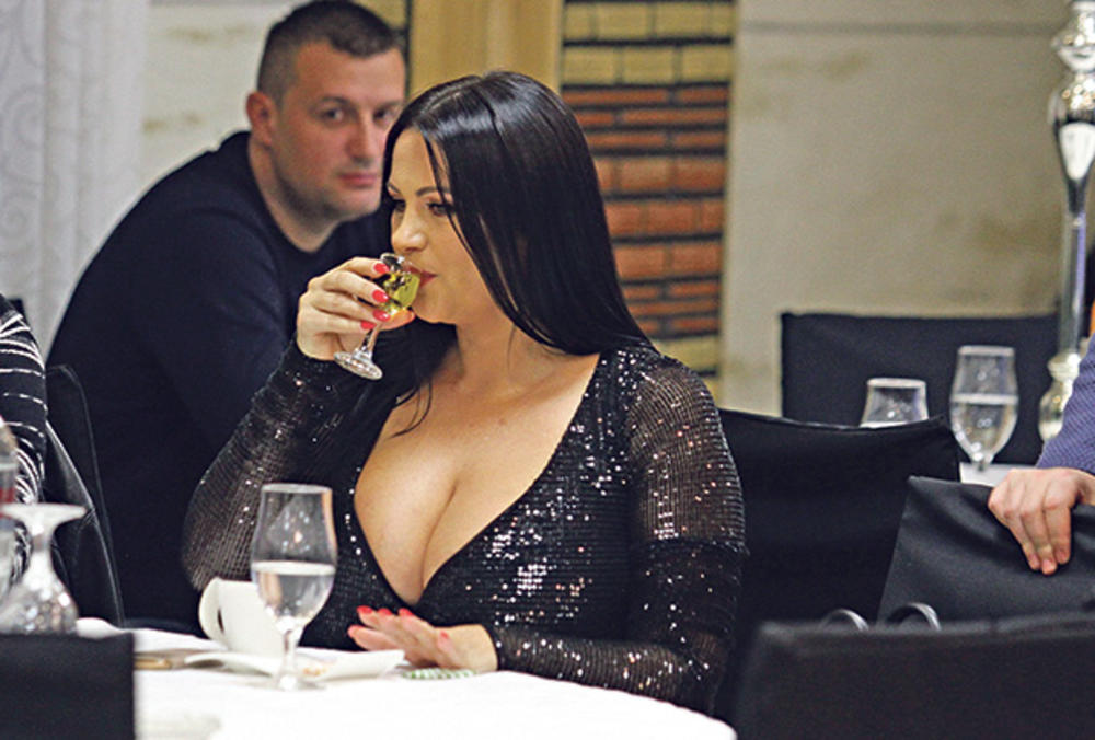 (FOTO) NJENE PESME SU HITOVI: Radila je kao učiteljica, postala pevačica, ali njeno pravo ime niko ne zna!
