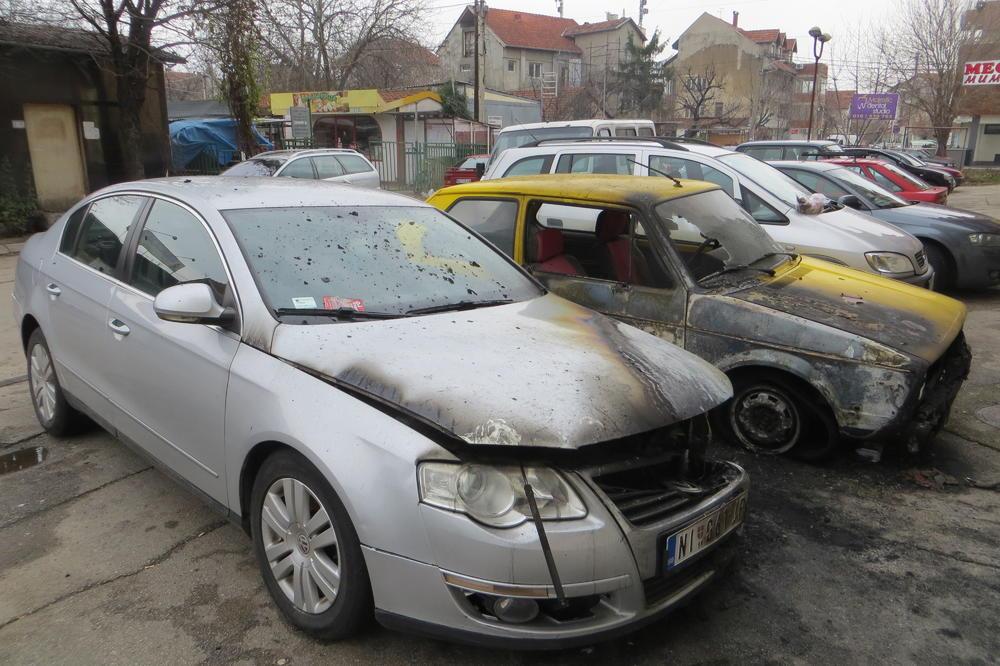 (FOTO) VATRA GUTA AUTOMOBILE PO NIŠU: Izgorela još dva, sumnja se da su zapaljeni!