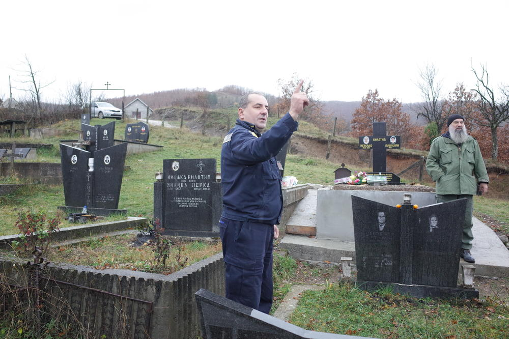 (KURIR TV NA LICU MESTA) CRTAČI MAPA, ŠTA JE BRE OVO: Meštani u čudu, groblje im podeljeno! Granica Srbije i BiH prelazi posred groba u Sastavcima!