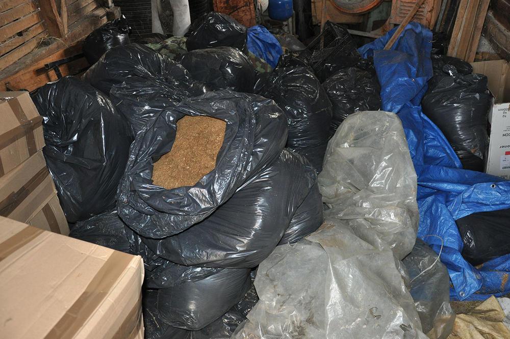 (FOTO) MUNJEVITA AKCIJA POLICIJE U KRAGUJEVCU, UHAPŠENO 6 OSOBA: Upali su u kuću, otvorili kartonsku kutiju, a onda je usledio šok!