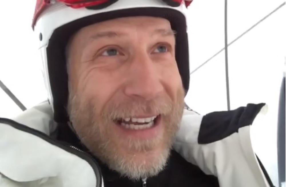 (VIDEO) SVI SU PLAKALI OD SMEHA KADA SU VIDELI SNIMAK: Milan Kalinić objasnio zašto se ne treba plašiti hladnoće na urnebesan način!