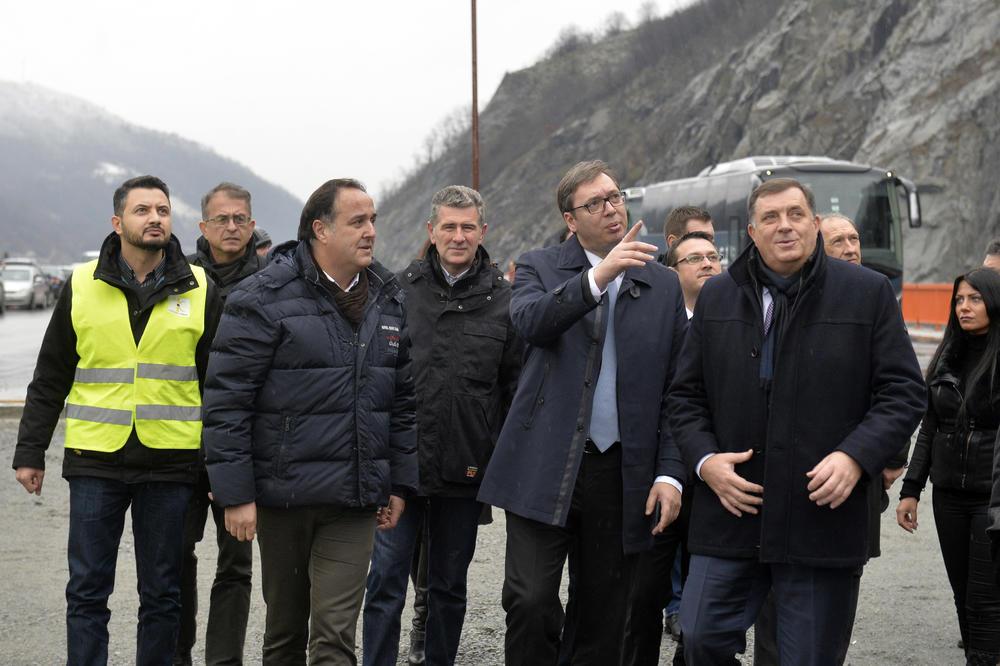 OBILAZAK RADOVA NA JUŽNOM KRAKU KORIDORA 10 Vučić: Hvala svima na napornom radu, ponosni smo na rezultate