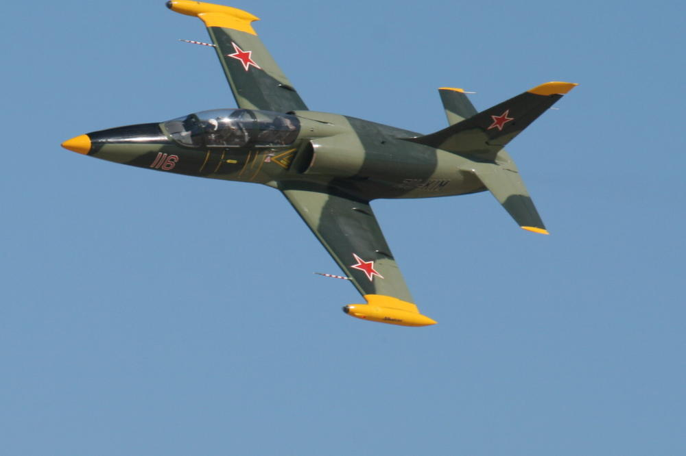 JEZIVA SUDBINA SIRIJSKOG AVIONA – Pobunjenici srušili letelicu a pilota ubili dok se spuštao padobranom!