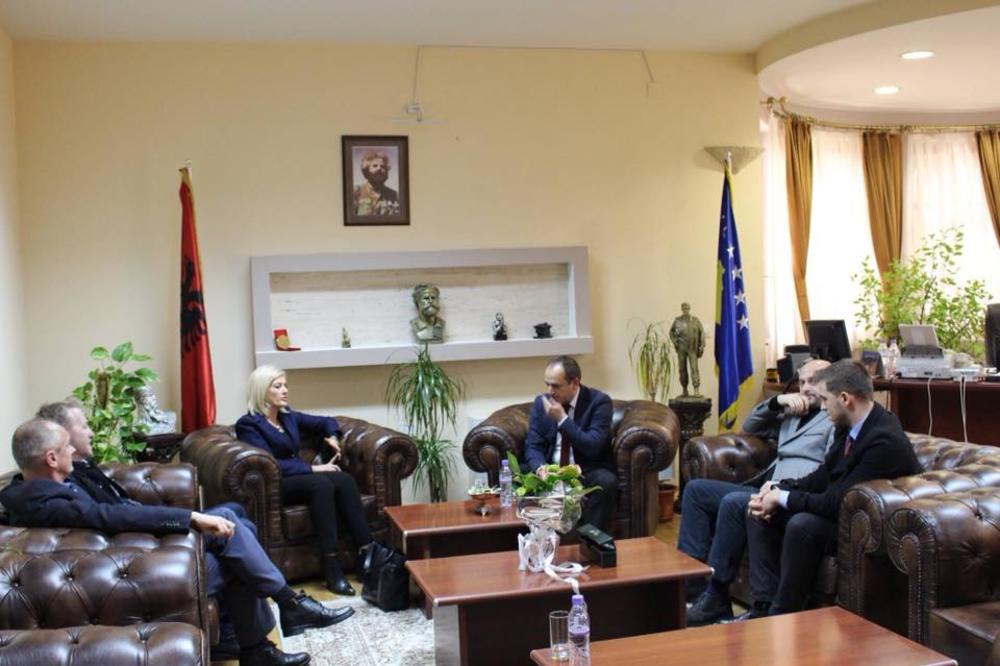 SKINUO TAČIJA, OKAČIO JAŠARIJA: Novi predsednik opštine Prizren izabrao ko će da mu visi na zidu