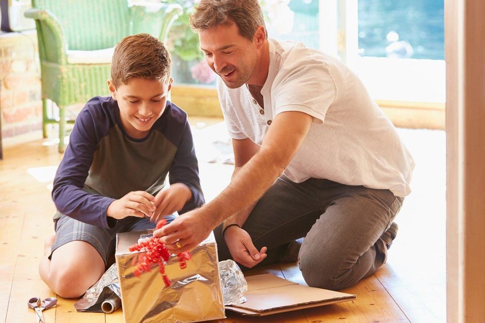 SRBI DANAS SLAVE DIVAN PORODIČNI PRAZNIK: Deco, vežite svoje tate, danas su Oci! A vi tate, spremite poklone