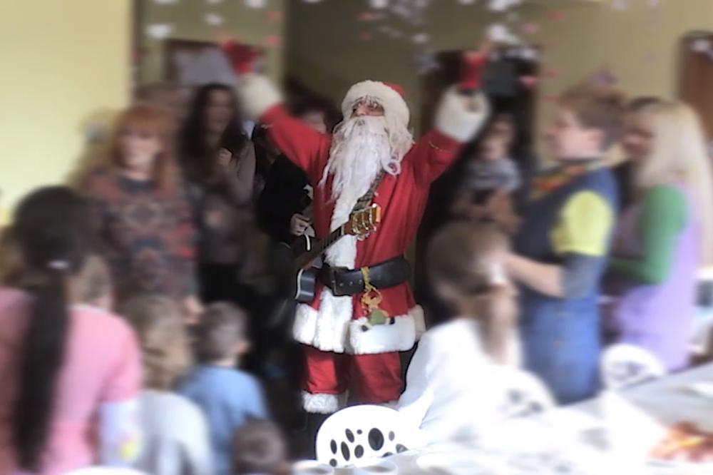 (KURIR TV) OVI DEČIJI OSMESI VREDE MILIONE: Kurir obezbedio paketiće i Deda Mraza za mališane u Sigurnoj ženskoj kući!