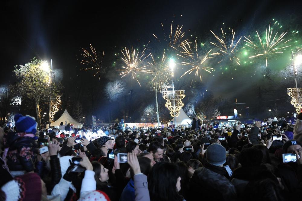 (KURIR TV) SPEKTAKULARNI VATROMET U BEOGRADU: Hiljade ljudi dočekalo Novu godinu na Trgu Nikole Pašića! Veselo bilo i u Skadarliji, restoranima, klubovima...