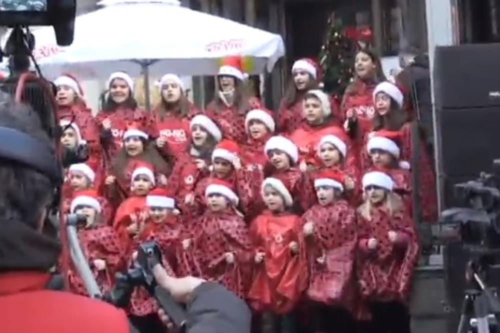 (KURIR TV) LJUBAV SE ŠIRILA ULICOM OTVORENOG SRCA: Uz osmehe mališana, muziku i karneval u srećniju Novu godinu!