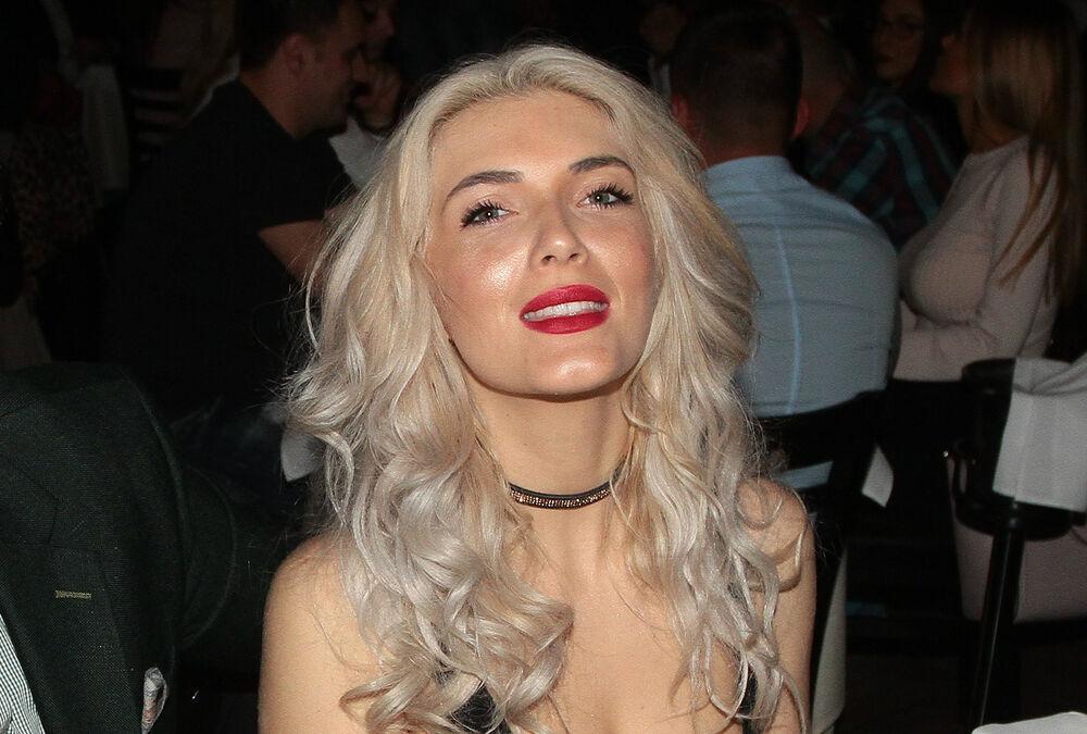 POMUTILA RAZUM MUŠKARCIMA: Nikolina Kovač se skinula u crveni kupaći i pokazala ZANOSNO TELO! (VIDEO)