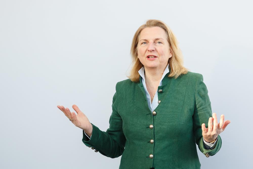 ZA PRIMER DRUGIMA: Austrijska ministarka otišla na službeni put za samo 10 evra!