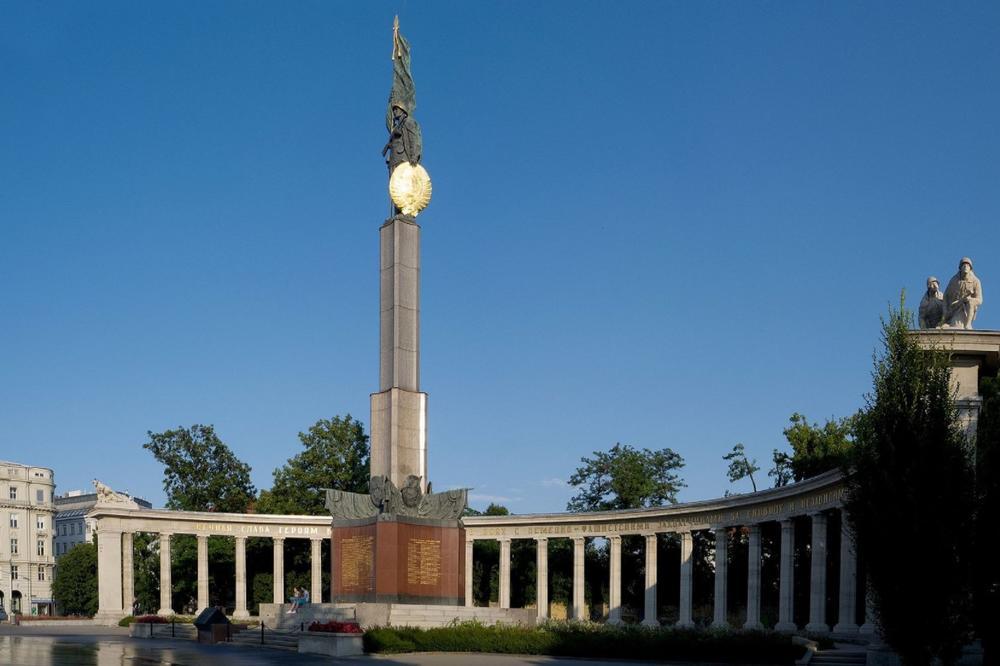 VANDALIZAM U BEČU: Oskrnavljen spomenik herojima Crvene armije!