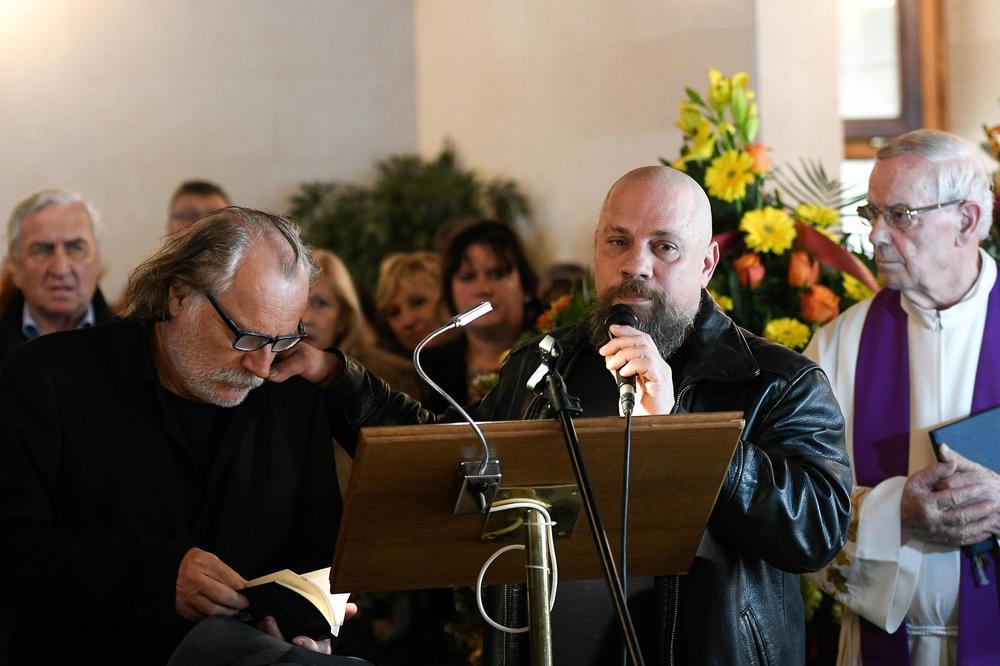 (FOTO, VIDEO) SPLIT SE OPROSTIO OD ČUVENOG NOVINARA: Predrag Lucić sahranjen uz pesmu Montipajtonovaca!