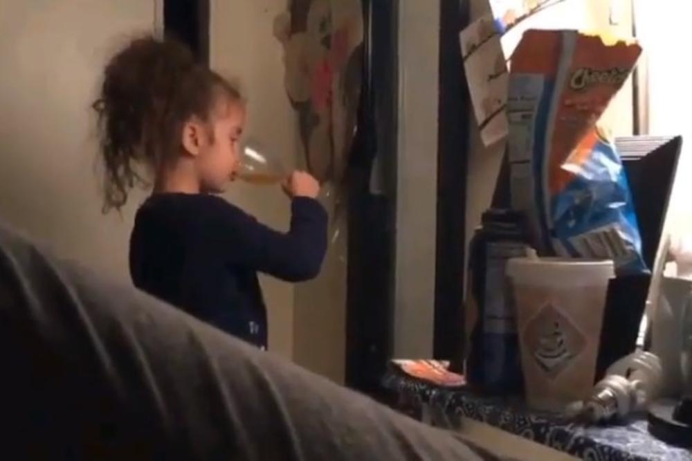 (VIDEO) OTAC SNIMIO ĆERKU KOJA JE ODMAH OSVOJILA INTERNET: Kada vidite ovaj njen potez bićete oduševljeni!