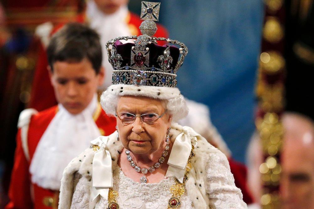 MUKE KRALJICE ELIZABETE: Ako pogledam dole dok nosim krunu, mogu da slomim vrat! Evo koliko je teška!