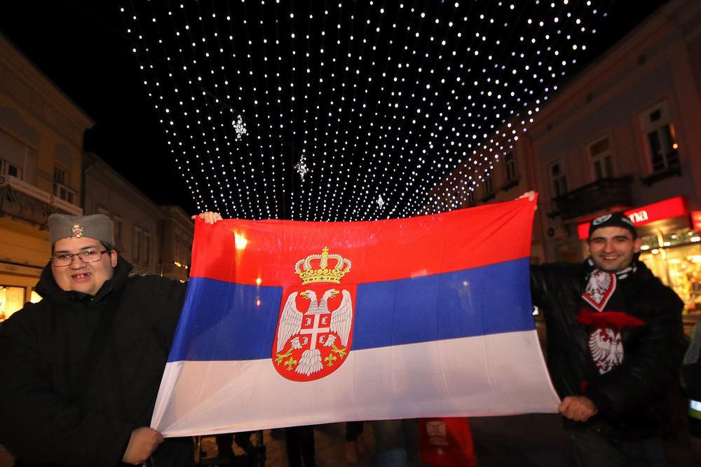 (FOTO) SRBIJA VEČERAS DOČEKUJE PRAVOSLAVNU NOVU GODINU: Slavlje u NS počelo na Železničkoj stanici muzikom, igrom i pevanjem!
