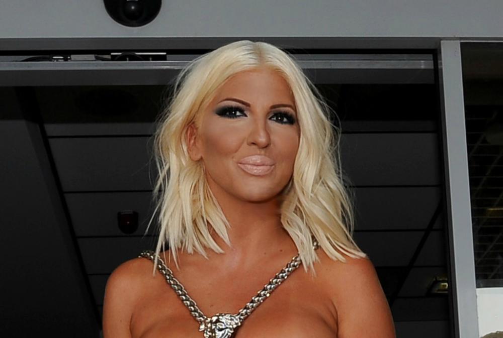 (FOTO) JELENA KARLEUŠA SVOJIM STILOM OSVAJA SVET: Evo šta je obukla za glamuroznu Versaće reviju u Milanu!