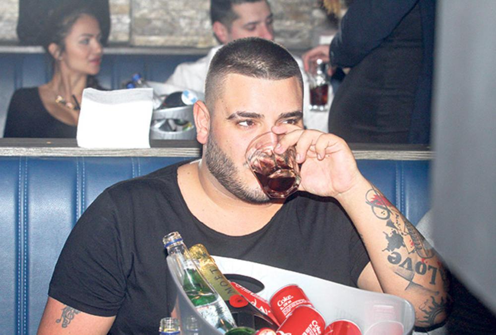 (VIDEO) DOK JE ANA SEVIĆ NA KOPU SA NOVIM FRAJEROM: Evo kako Darko Lazić tugu utapa u alkoholu