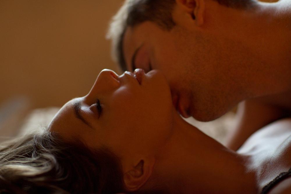 Любые фото с сердечками и поцелуйчиками если приглядеться