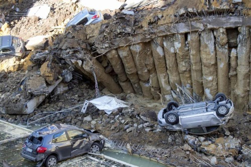 (VIDEO) HOROR RUPA U CENTRU RIMA: Otvorila se noću i počela da guta automobile, naređena hitna evakuacija