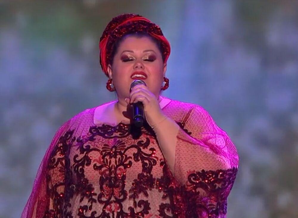 BOJANA STAMENOV ISPRATILA TREND: Pevačica napravila golišavi selfi u krevetu! (FOTO)