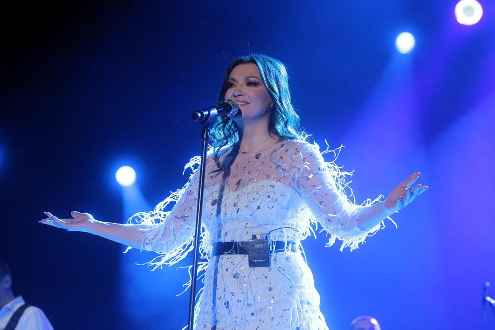 (KURIR TV) NINA BADRIĆ NIKAD LEPŠA: Zasmejala publiku na samom početku koncerta, a onda oduvala moćnim glasom!