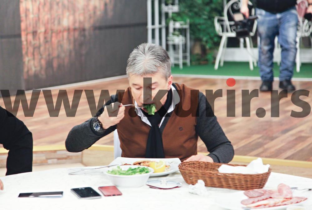 (KURIR PAPARACO) MALO JE FALILO DA SE ONESVESTI OD GLADI: Saša Popović slistio pun tanjir!