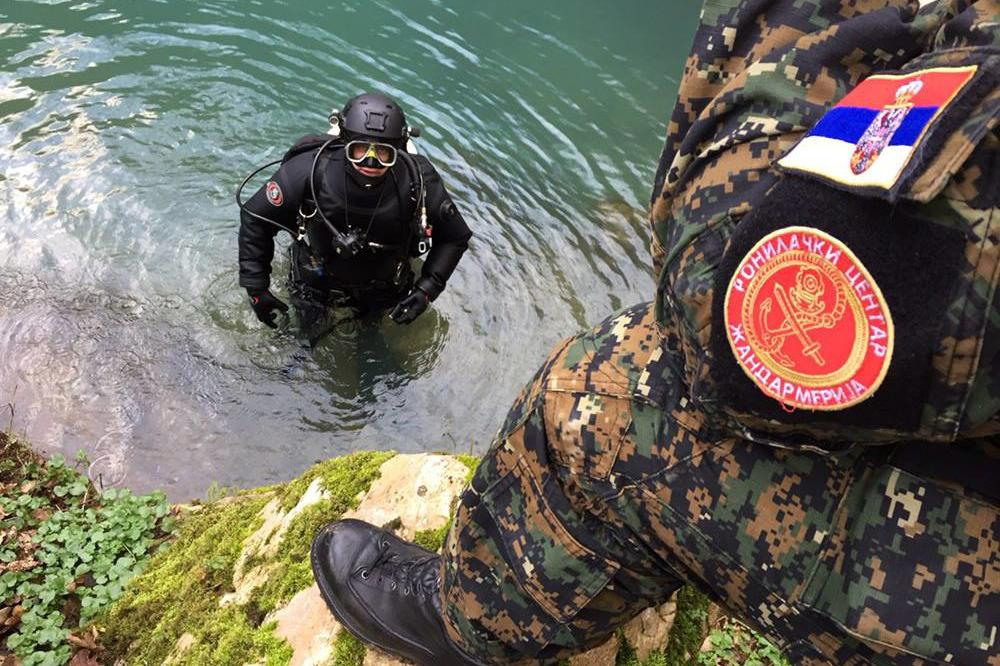 TRAGEDIJA KOD KRUŠEVCA: Vatrogasac pao sa čamca u jezero Ćelije, ronioci već satima tragaju za njim