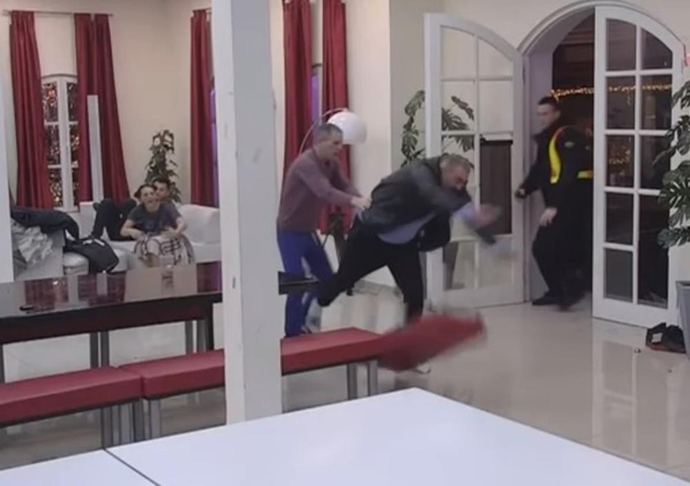 (VIDEO) BACAO SVE PRED SOBOM: Miki pobesneo na Boru, pa lomio sve po kući!