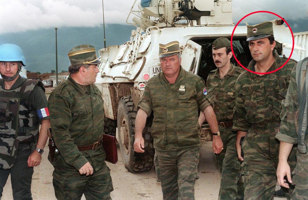 Branislav Puhalo, levo od Mladića